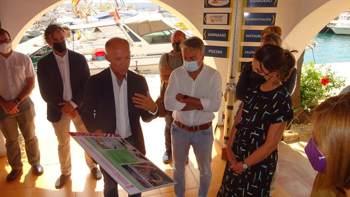 El presidente del náutico, el alcalde y la secretaria autonómica observan el proyecto