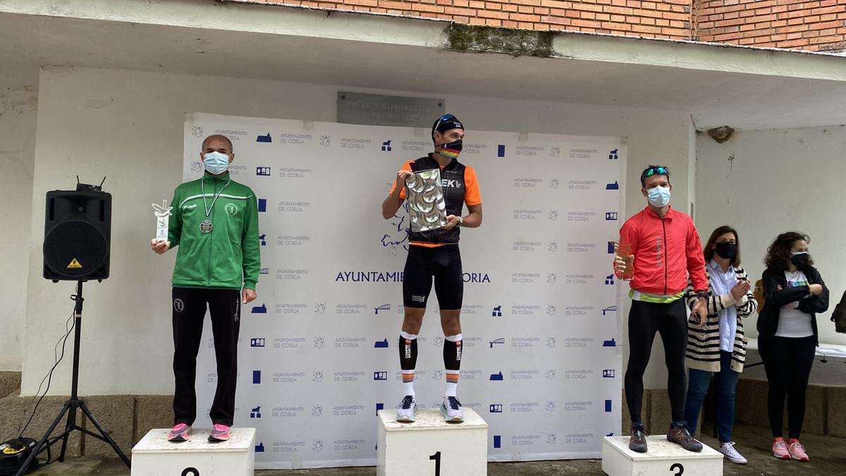 Los tres primeros clasificados en categoría masculina, tras la entrega de los trofeos en la ermita el pasado domingo