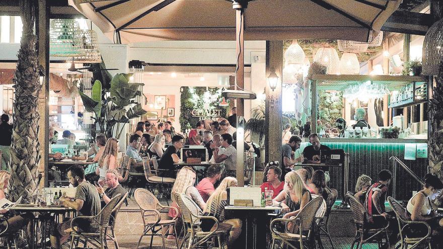 Alegría en los restaurantes, mesas llenas y listas de espera