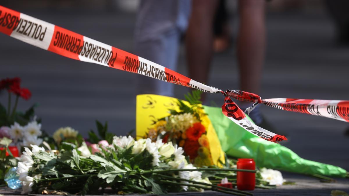 Ofrenda floral tras el ataque con cuchillo en Wurzburgo.