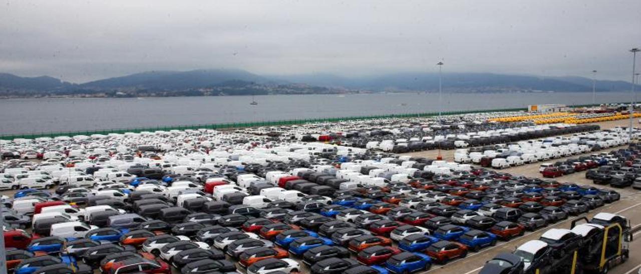 La explanada de Bouzas llena de vehículos para su exportación.     // MARTA G. BREA