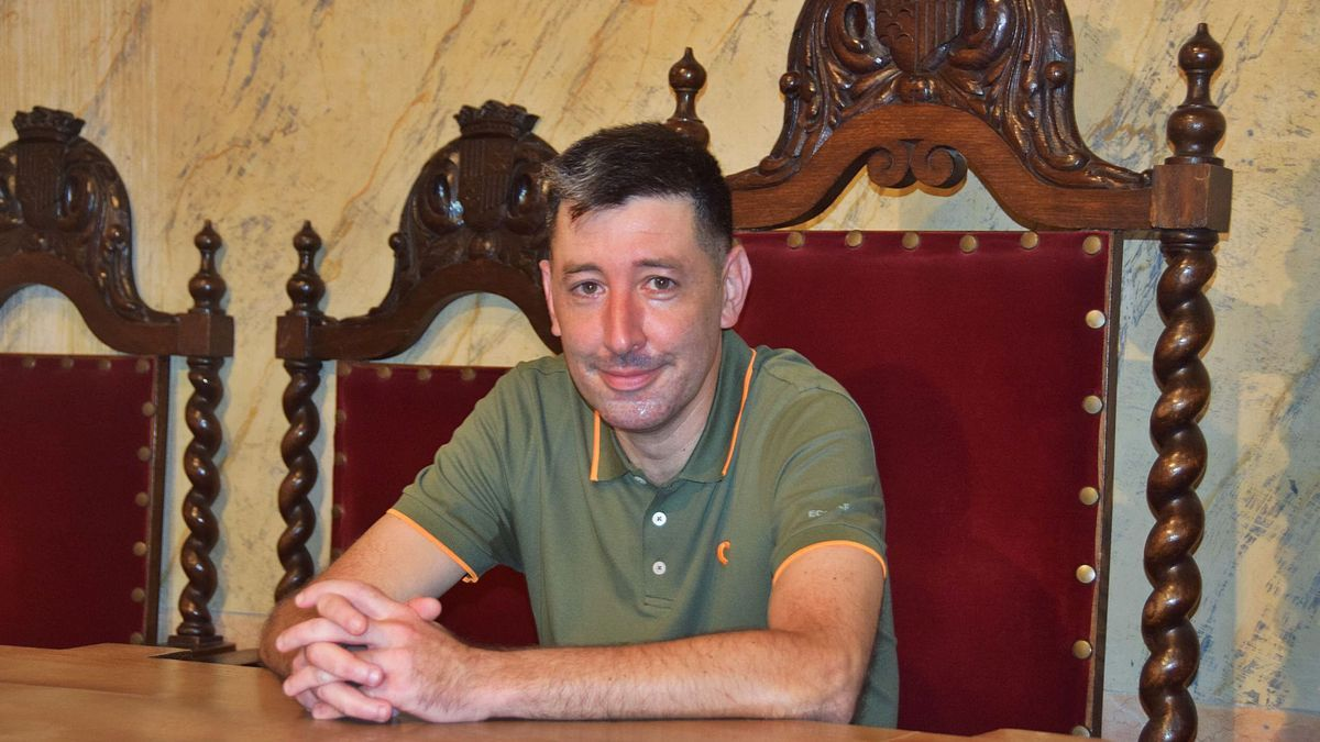 ivan Sànchez, en la seva cadira d'alcalde de la sala de plens de l'Ajuntament de Berga   GUILLEM CAMPS