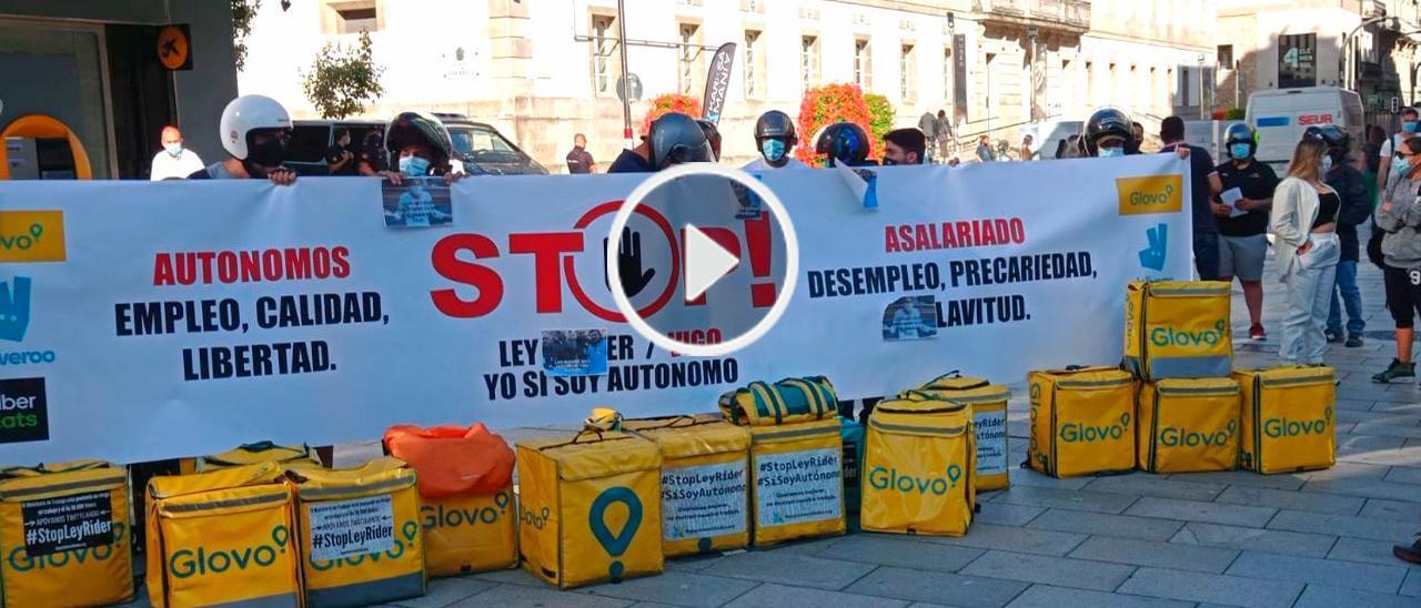 """Los repartidores vigueses en la manifestación de ayer en contra de la ley de """"riders""""."""