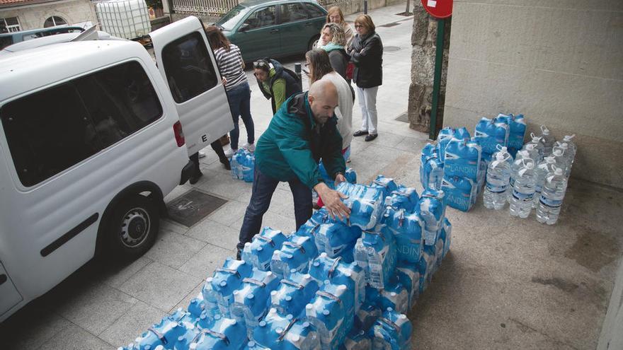As Neves instala depósitos en las calles y entrega agua mineral a los vecinos