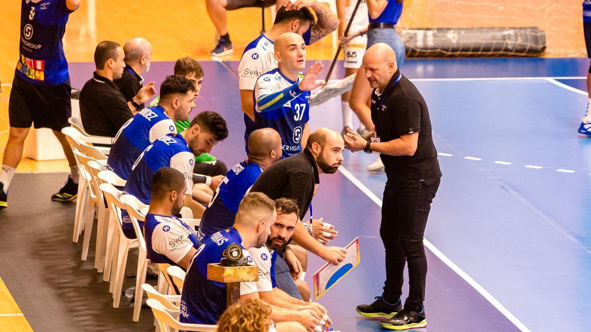 El técnico del BM Benidorm Fernando Latorre da instrucciones durante el partido de ida de EHF ante el Fivers de Viena