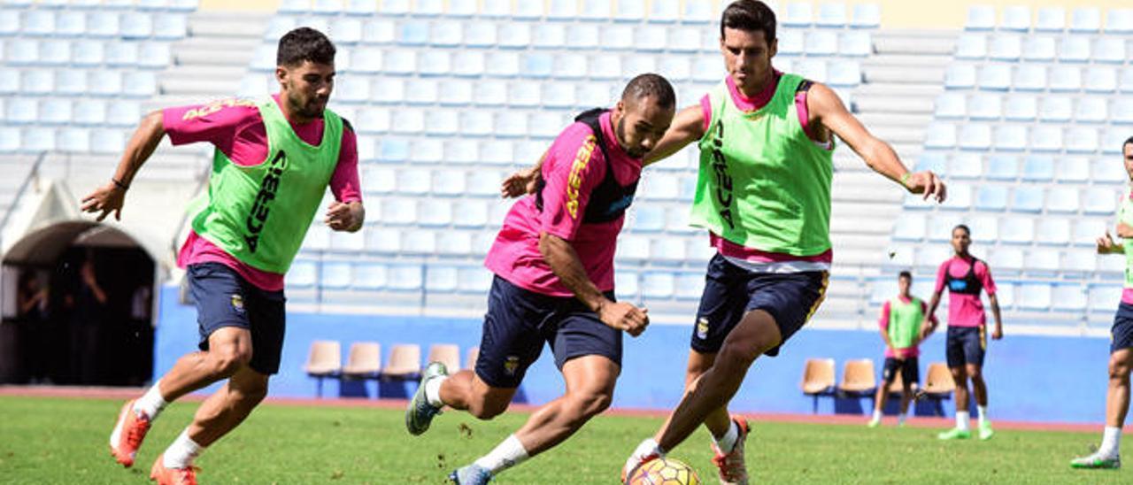 Nabil El Zhar conduce el balón perseguido por Tana (izq.) y Vicente Gómez en la sesión matutina de ayer.