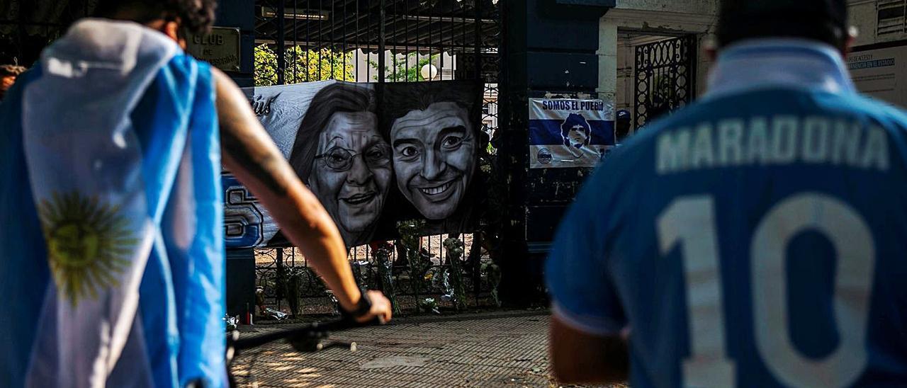 Seguidores de Maradona, ayer en La Plata tras conocerse la muerte del exjugador. | Demian Alday