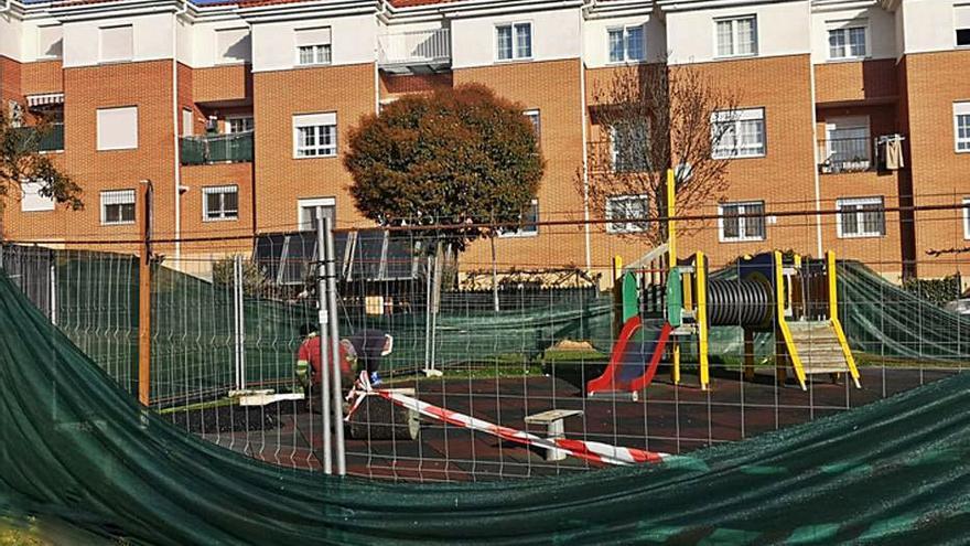 En marcha la mejora y renovación de parques infantiles del Pinar en Benavente