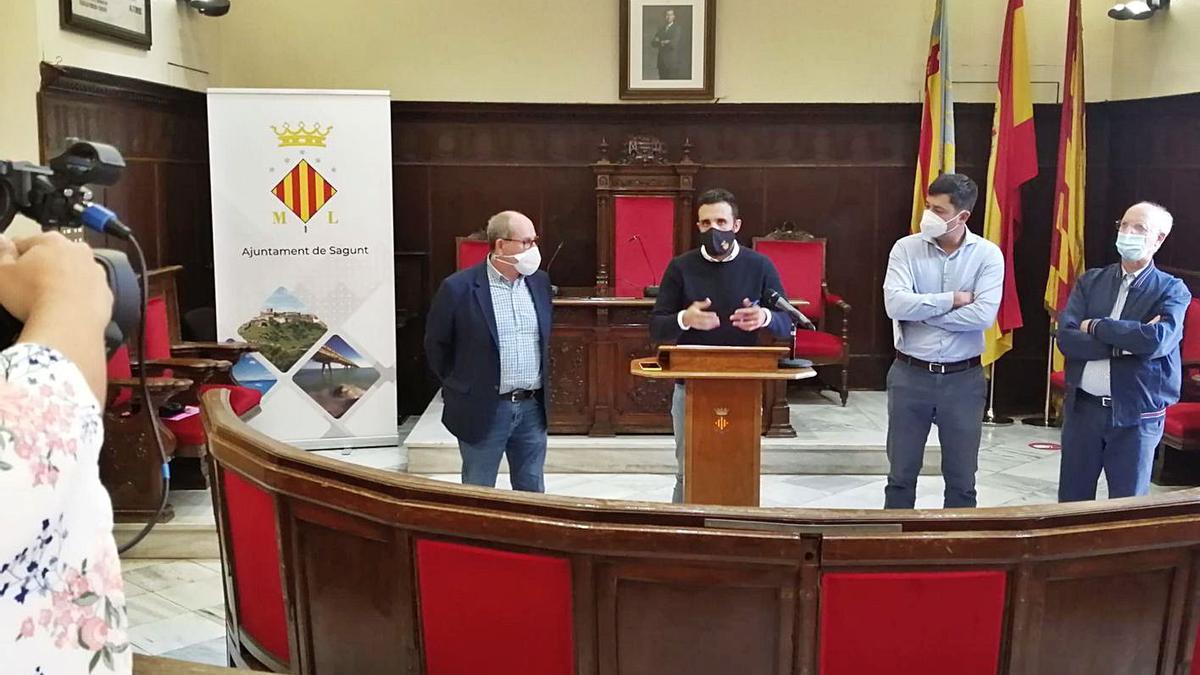 El alcalde, con el teniente de alcalde de Almardà y el concejal de Playas.   LEVANTE-EMV
