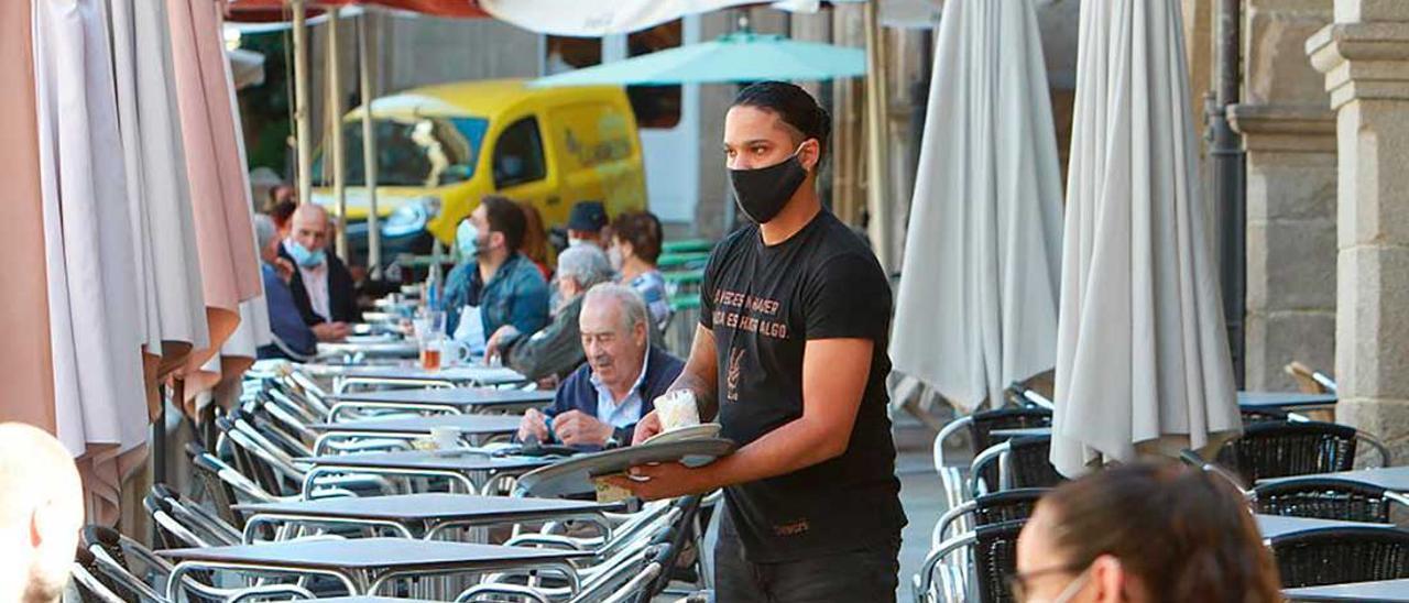 Un camarero en Arousa. El sector de la hostelería, el más afectado.