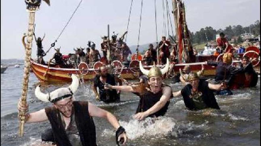 Un año más las hordas vikingas asaltaron las torres de defensa de Catoira para la celebración de la romería vikinga de esta población pontevedresa, una de las fiestas gallegas de interés nacional.