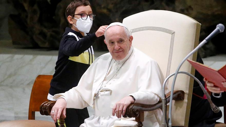 Un niño se salta todos los protocolos para intentar coger el gorro del Papa