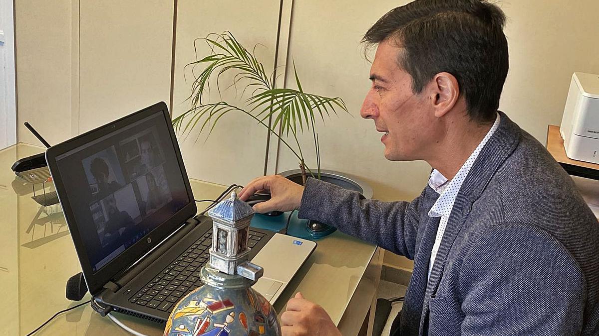 L'alcalde del municipi en una conversa amb Adrià Targa. | LEVANTE-EMV