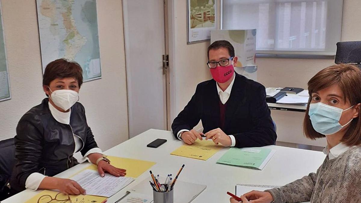 El director de Infraestructuras Educativas, Víctor Garcia, y la edila de Educación, Carmen García, analizaron las obras.