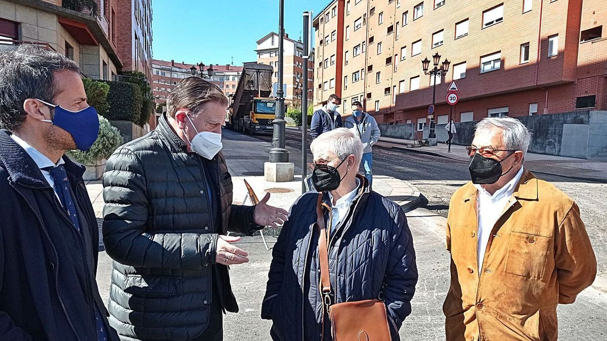 Por la izquierda, Nacho Cuesta, Alfredo Canteli,  la vecina Cuqui Fernández y el edil Alfonso Pereira, visitando ayer las obras. | LNE