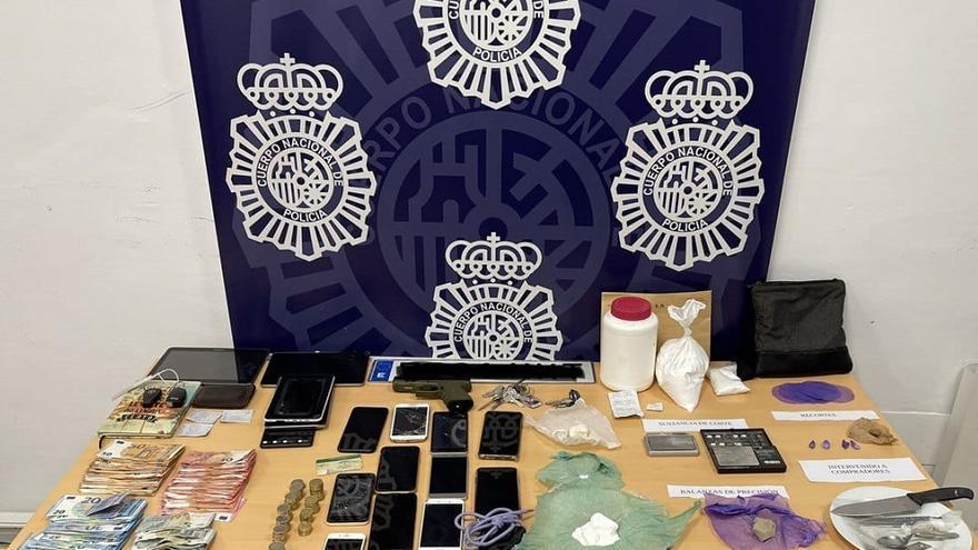 Cinco detenidos por vender drogas en un cuarto de contadores de la Cruz Verde