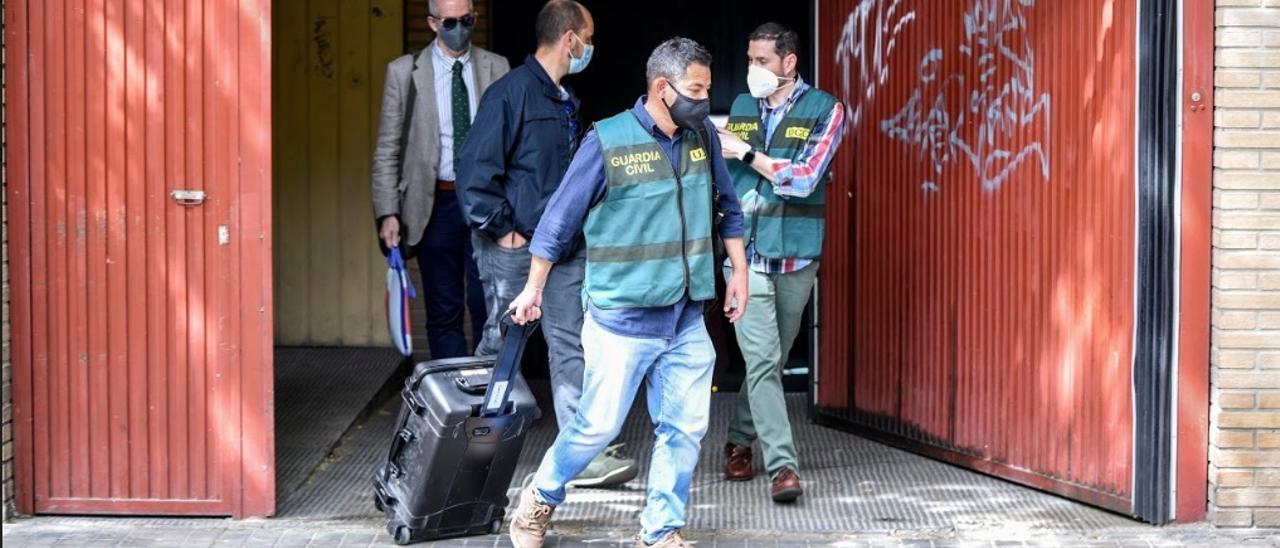 Agentes de la UCO salen del domicilio de Rafael Rubio con los maletines de copiado.