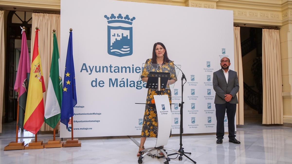 La concejala de Cultura del Ayuntamiento, Noelia Losada, y el presidente de la entidad organizadora, José Vela, informan este lunes sobre el concierto 'Así suena Málaga'
