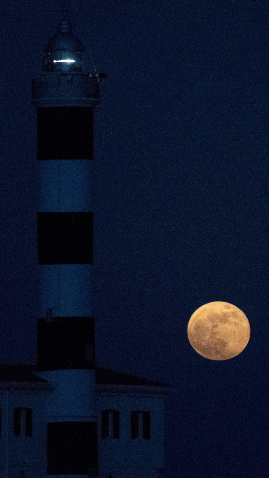 Superluna junto al faro de Portocolom