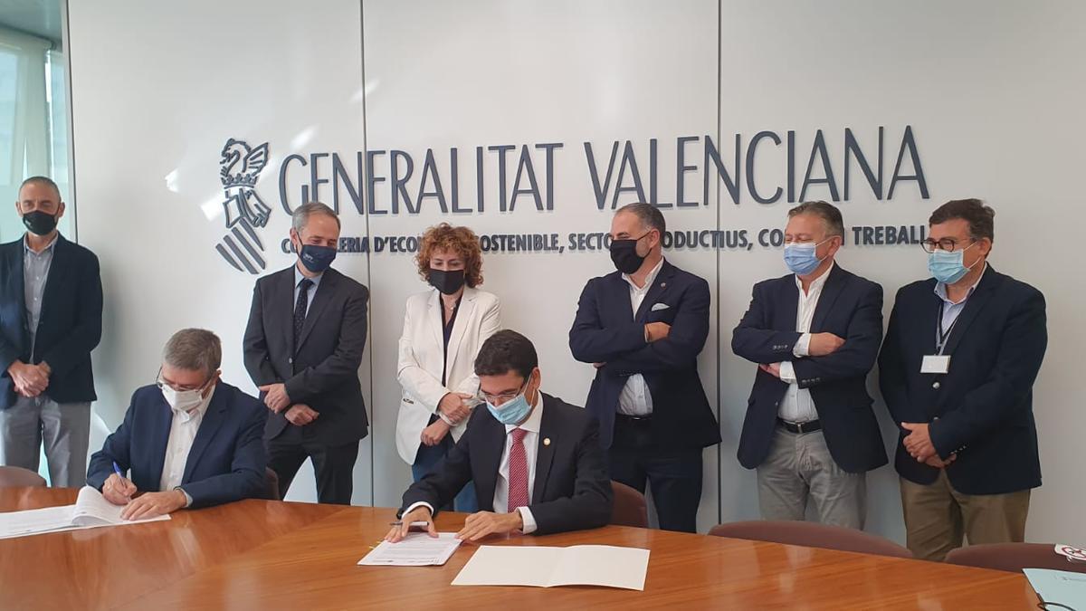 La firma del convenio entre el conseller y el rector de la universidad