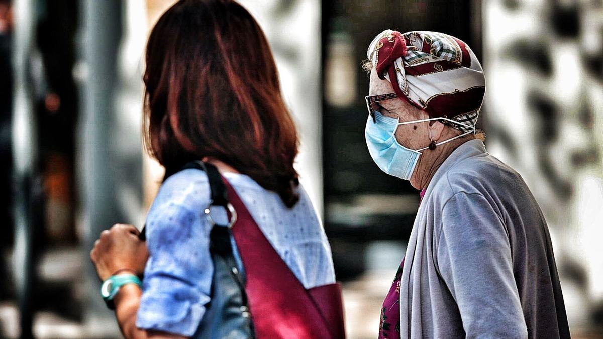 Gente con mascarillas pasea por el centro de Santa Cruz de Tenerife.