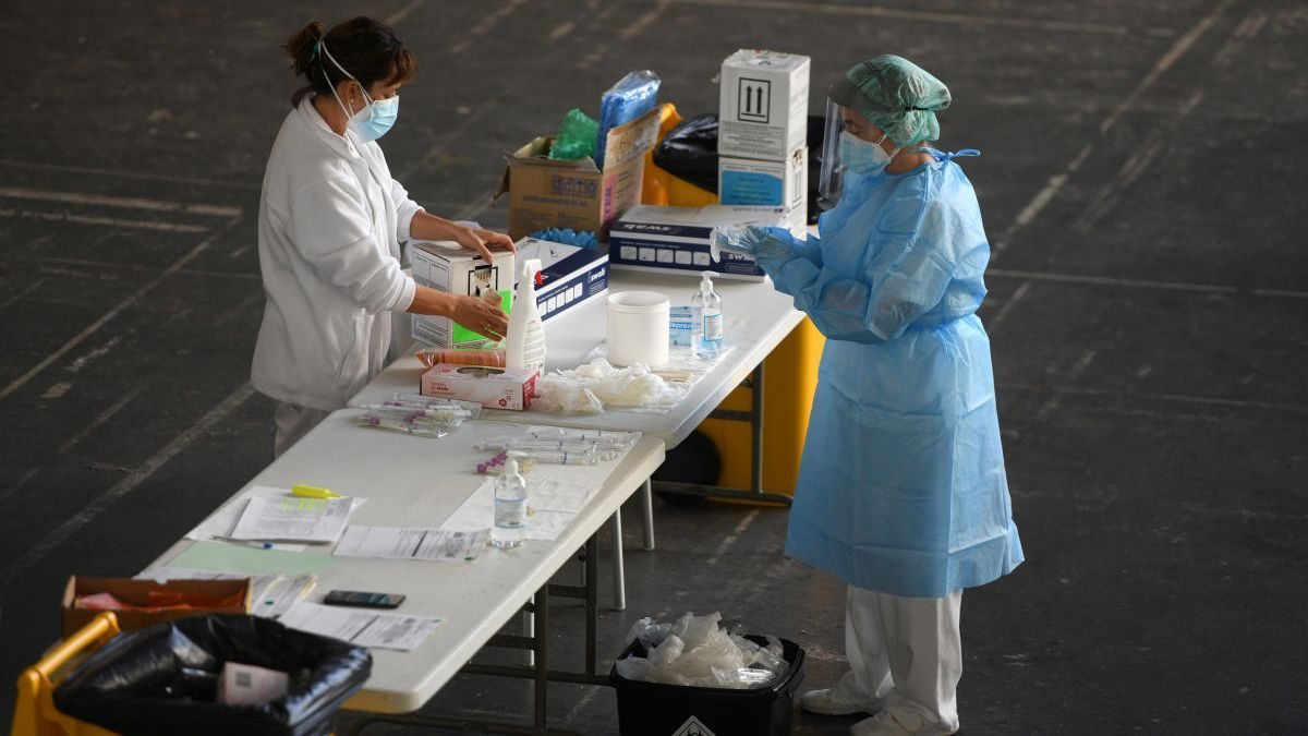 Procesado de test PCR en el Recinto Ferial de Pontevedra. // G. Santos