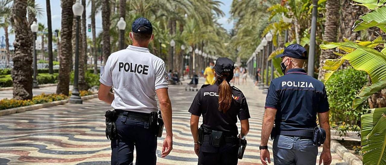 Un momento de la patrulla conjunta por la Explanada de Alicante. | INFORMACIÓN
