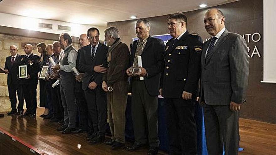 Los homenajeados y las autoridades posan tras la ceremonia que tuvo lugar en la Alhóndiga.