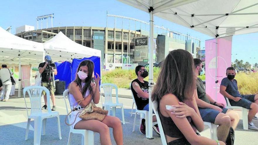 Un centenar de personas aprovechan el partido del Elche para inmunizarse