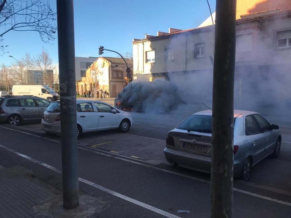 Crema una furgoneta al mig de Manresa
