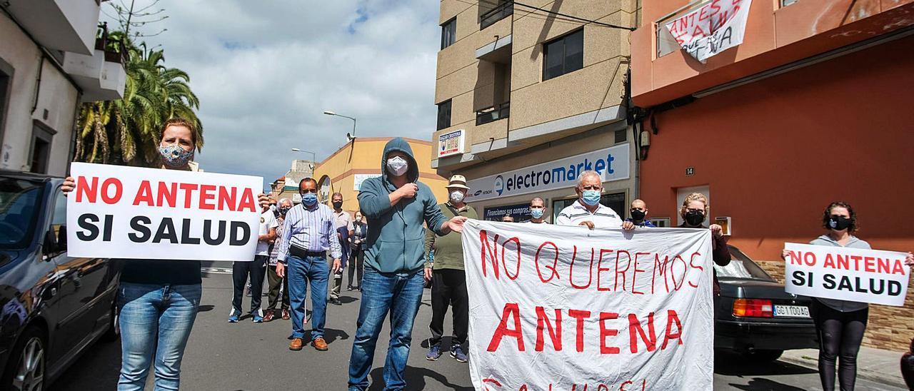 Concentración vecinal en contra de la antena de telefonía móvil que están instalando en la calle Betania, número 43.     JOSÉ CARLOS GUERRA