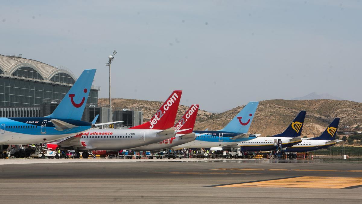 Aviones estacionados en la plataforma del aeropuerto en una imagen de archivo