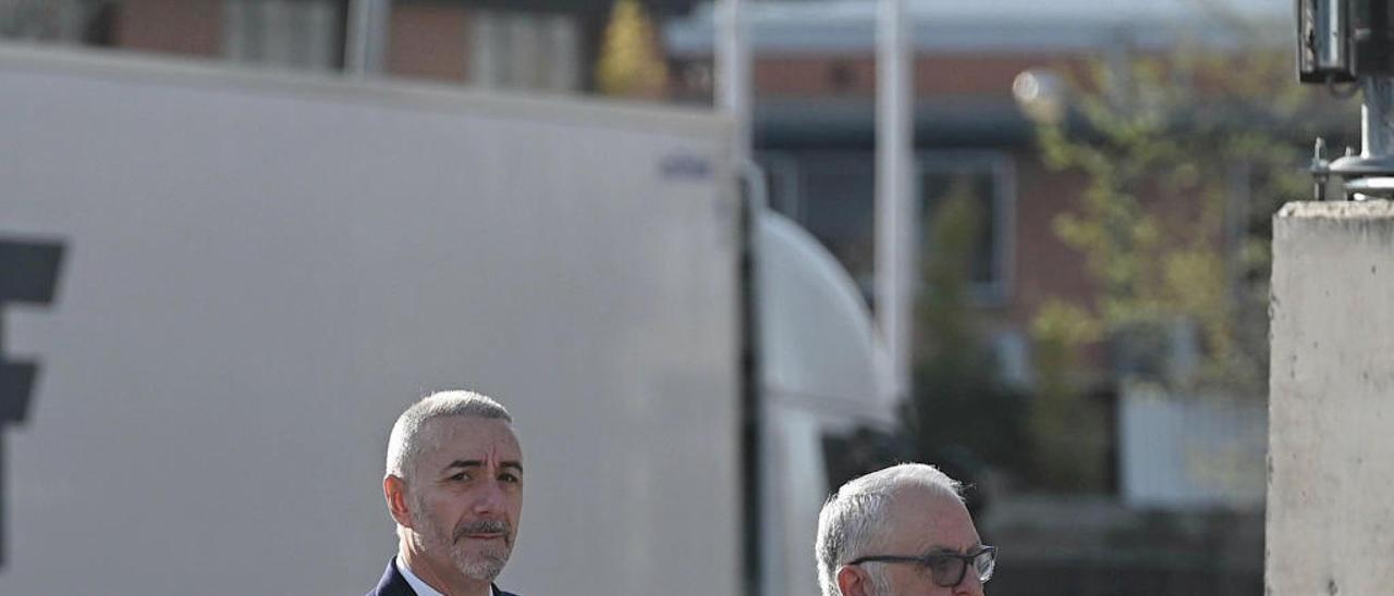 El expresidente de las Corts Juan Cotino llega a la Audiencia Nacional junto a su abogado.