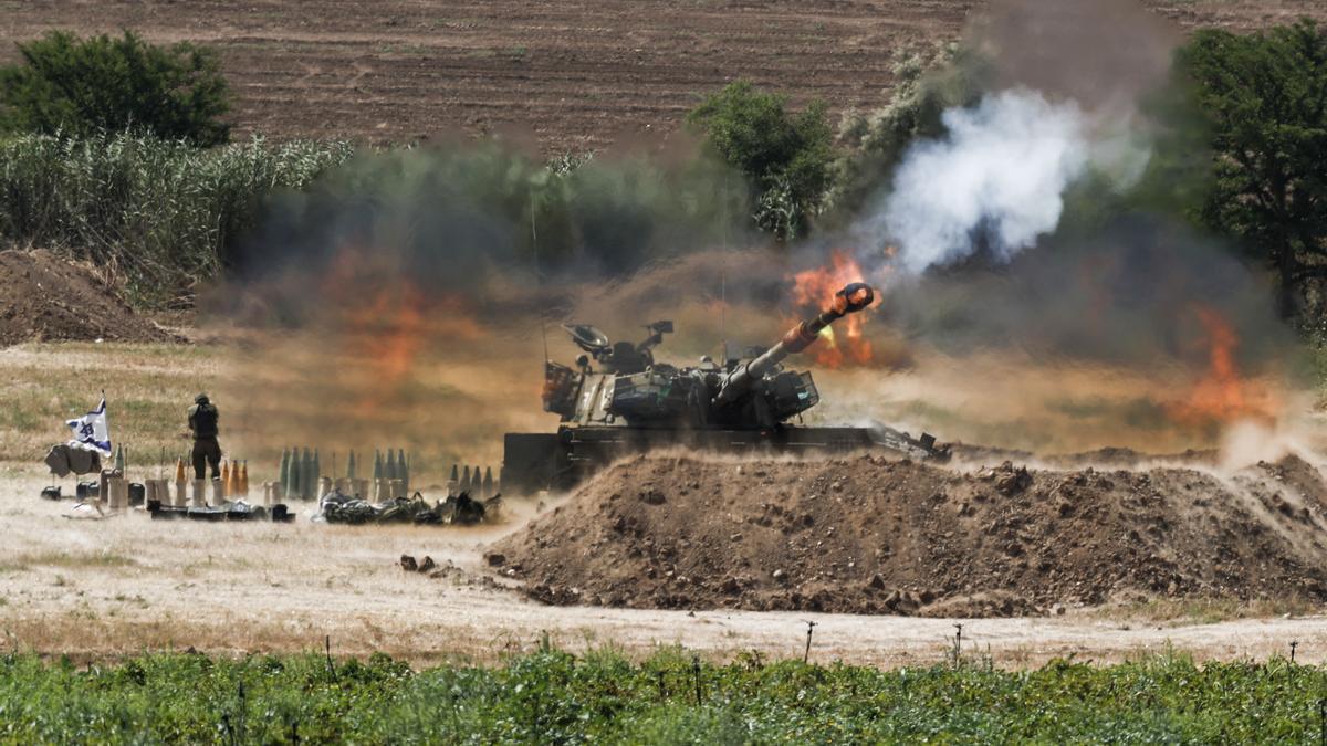 Un soldado israelí en la frontera de Gaza e Israel.