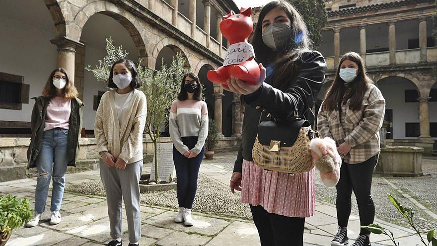 El gesto solidario de un grupo de escolares de Avilés que donan a Cáritas su gasto en chuches