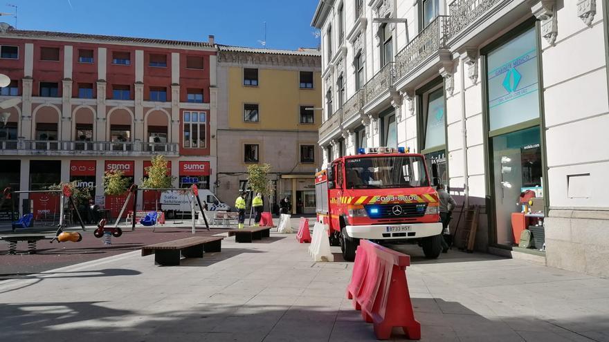 Los bomberos de Zamora llenan de agua las barreras para evitar actos vandálicos