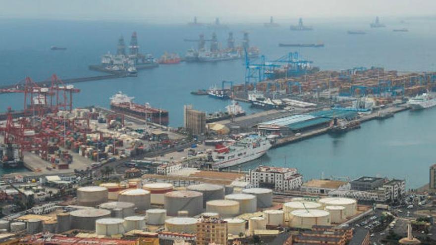 Cae al mar un trabajador en el puerto de La Luz