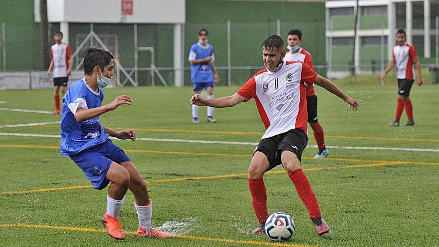 El balón vuelve a correr por el estadio Manuel Regueiro