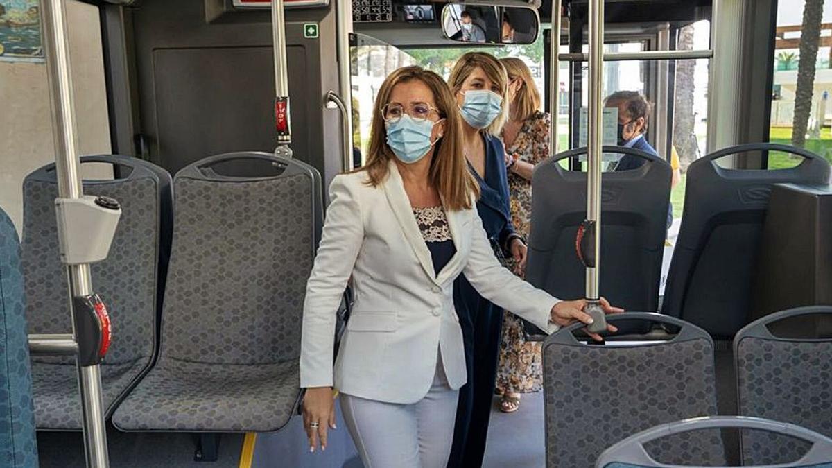 Ana Belén Castejón y Noelia Arroyo suben abordo del nuevo autobús eléctrico de Cartagena. | A.C.