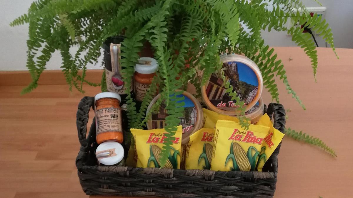 Bodegón de productos canarios que entrega el ICHH a sus donantes con motivo del Día de Canarias.