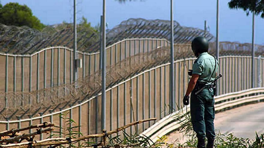 Más de 150 inmigrantes intentan saltar la valla de Melilla y 59 de ellos logran entrar en España