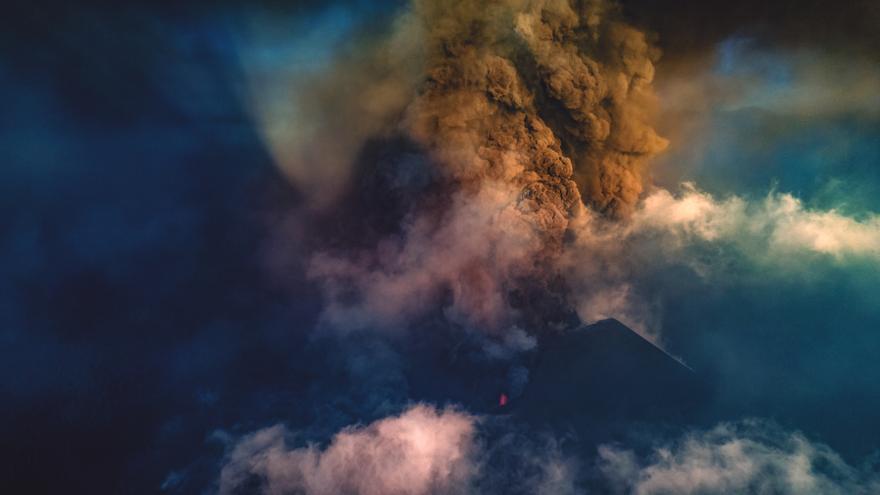 Tres momentos del día en el volcán de La Palma que no cesa en su actividad
