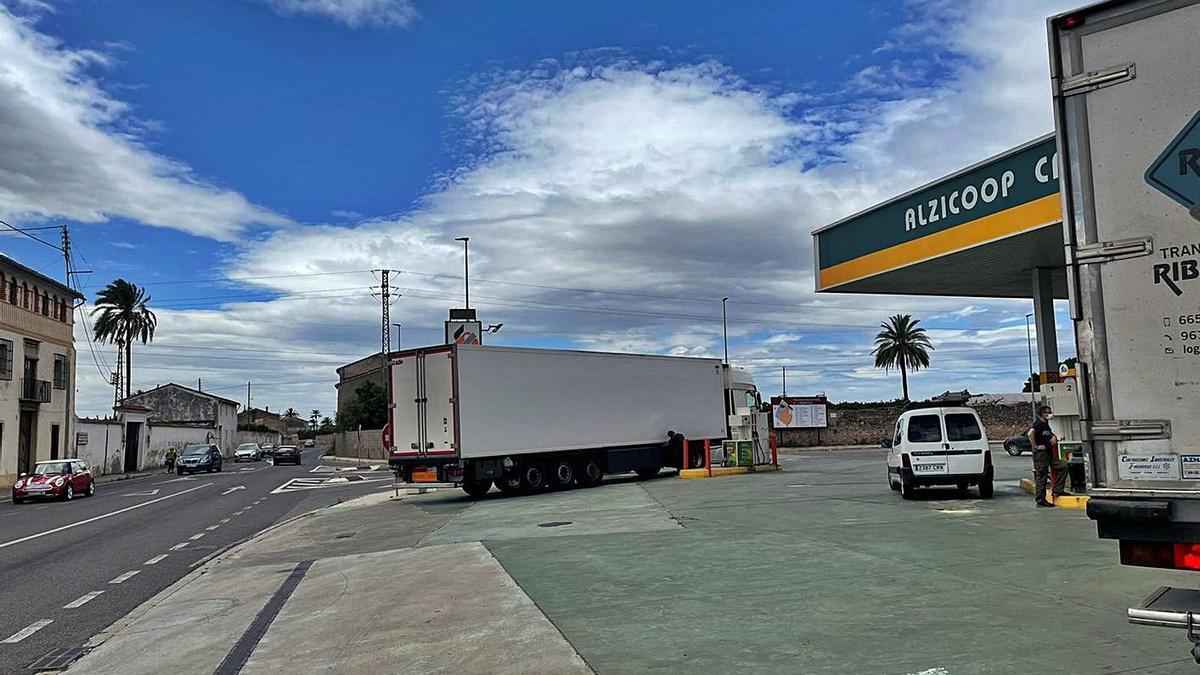 Un camión, ayer, al repostar en la gasolinera en la que el martes bajaron los inmigrantes de un remolque similar.  l-emv