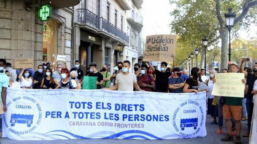 """Unes 300 persones clamen a Barcelona per a la reforma del reglament d'estrangeria al crit de """"papers per als nens"""""""