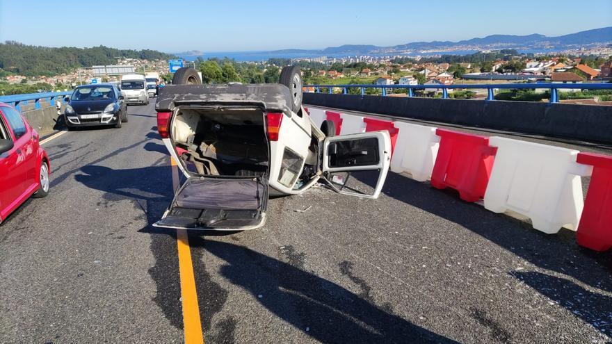 Un herido tras volcar su coche en la VG-20 en Vigo