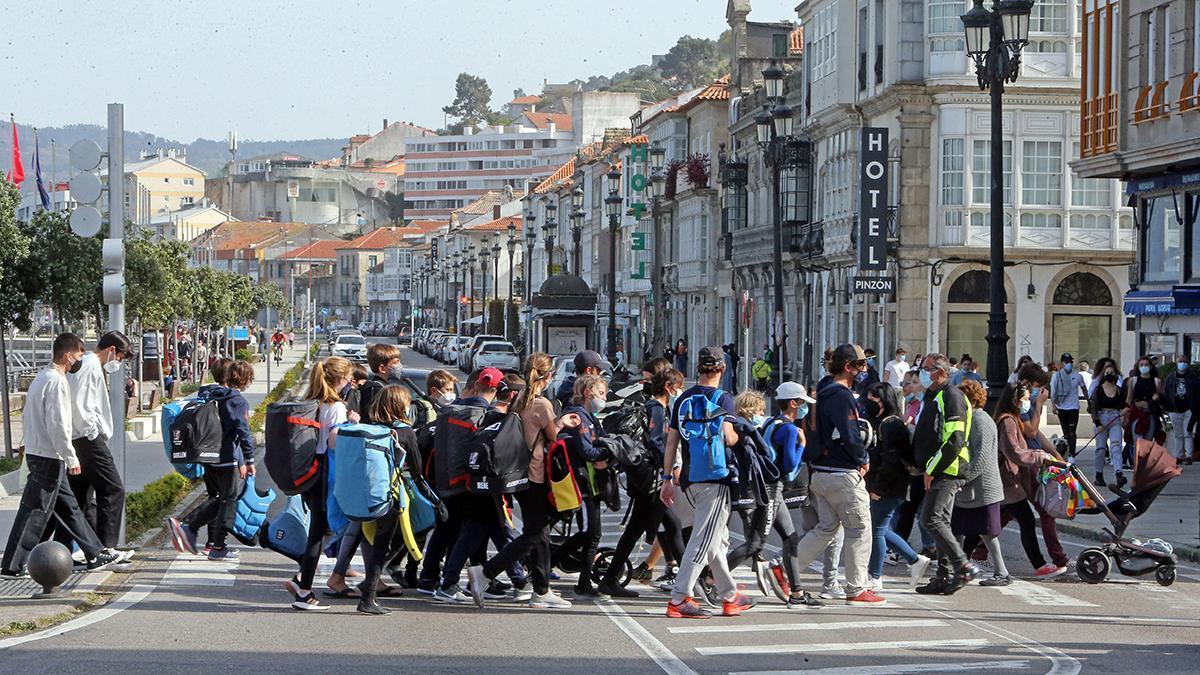 Gente paseando en Baiona, este fin de semana