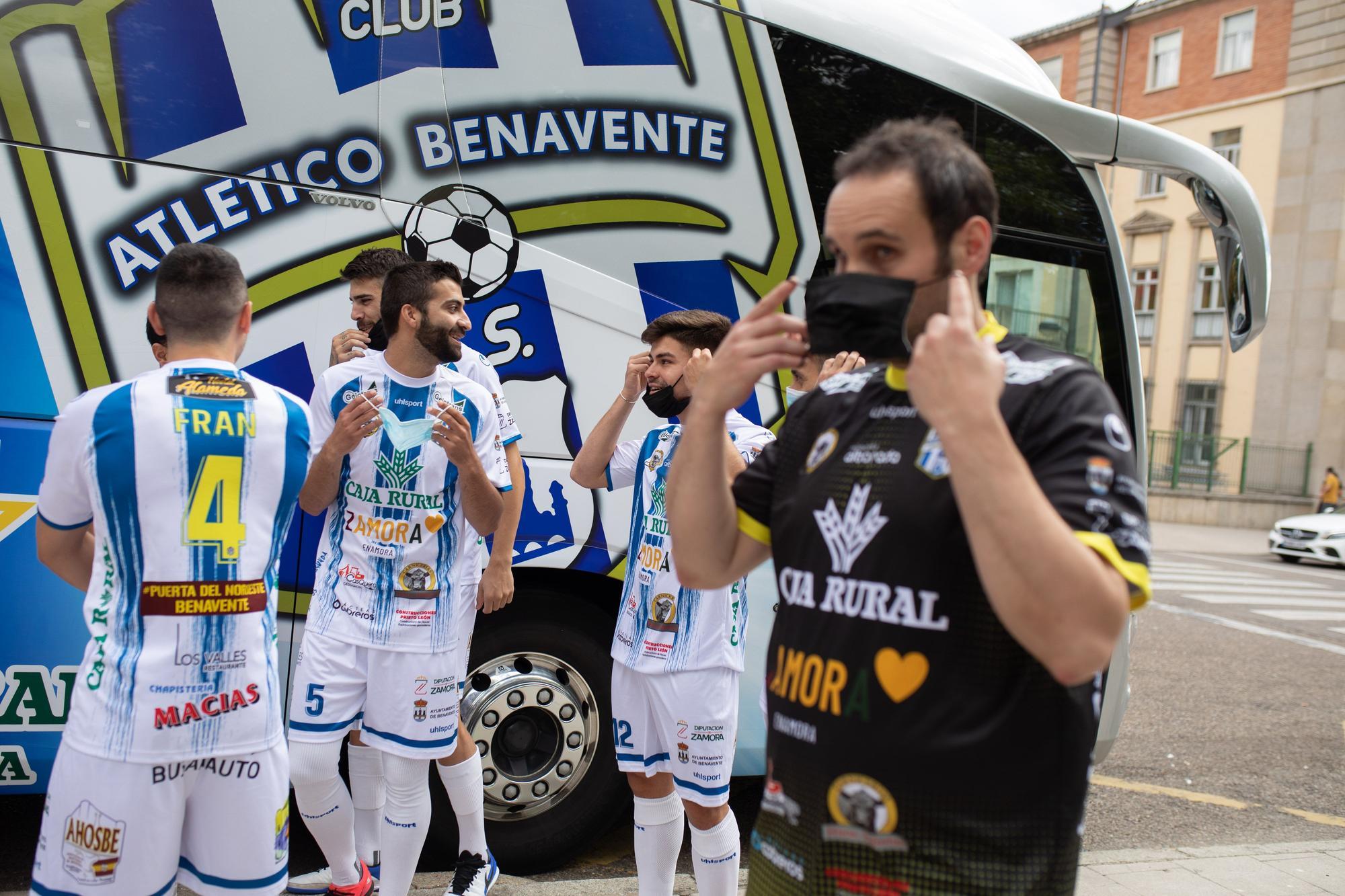 Presentación del Atlético Benavente y su autobús en La Marina (Zamora)