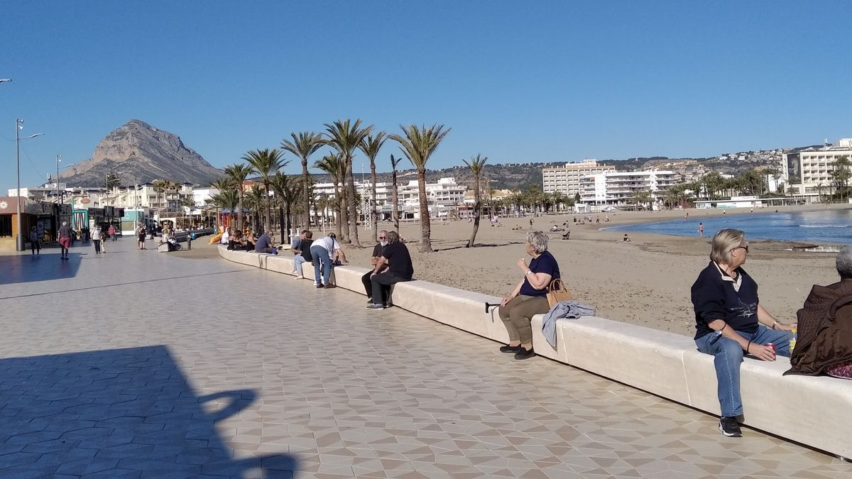 Vecinos que disfrutan del sol, el mar y el café y guardan escrupulosamente la distancia