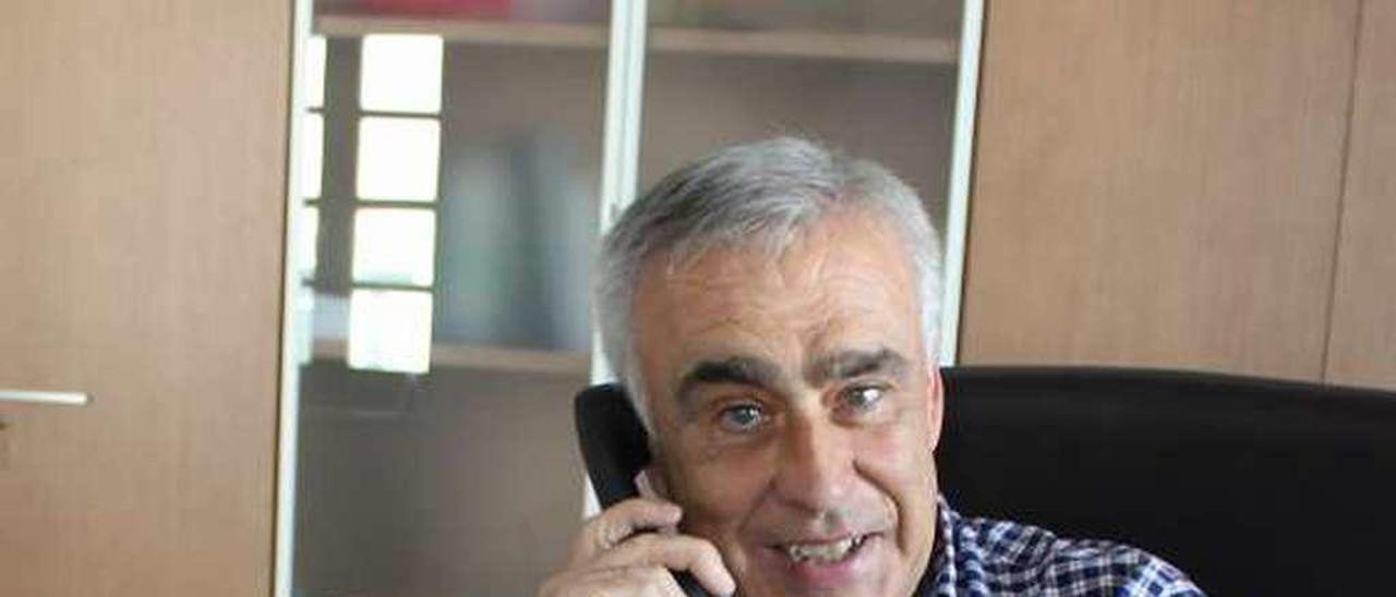 El regidor José Ángel Pérez, al teléfono en su despacho.
