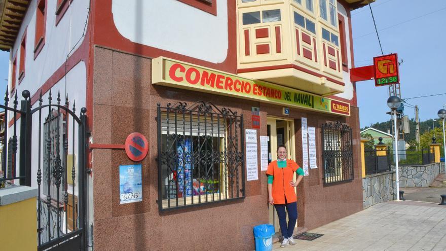 Raquel se pone tras el mostrador de la tienda que fundó su abuelo en Riberas (Pravia)